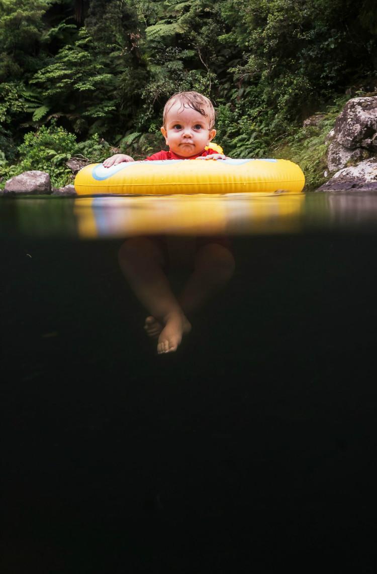 Дитина у воді