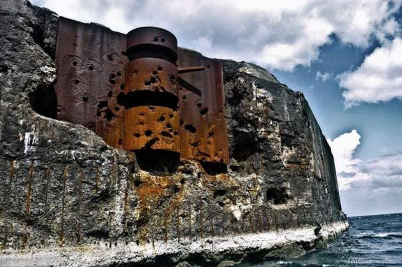 Іржавий бетонний корабель